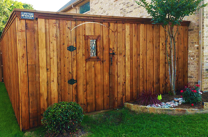 Cedar Wood Privacy Fence w/ Gate Ornament